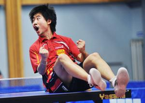 Suifs Sun Jian blev matchhjälte när han besegrade Eslövs Zhao Peng med 3–2 i set, vilket betydde att Suif tog hem SM-guldet. Här på bilden hoppar Sun Jian högt efter segern mot Warta i slutspelet.