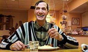 Foto: LEIF JÄDERBERG Trivs. Roland Hagman besöker dagverksamheten på Nygården flera dagar i veckan. På tisdagar går han dit och äter lunch som några av de andra deltagarna lagat.