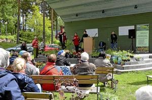 Växtauktion. På söndagen höll Sällskapet Kumla trädgårdsamatörer sin årliga växtauktion vid Kumlasjön. Foto: Tove Svensson
