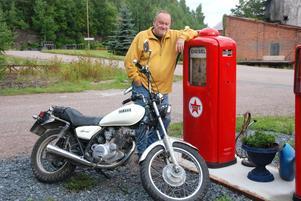 Jan Fredriksson jobbar på sin doktorsavhandling i ekonomisk historia vid Högskolan Dalarna där han tar han upp retronostalgin som fenomen. Själv kör han en Yamha lättviktare från 70-talet.