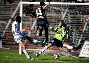 Gzim Istrefi har löpt sig fri och skjuter in 2–0 för sitt Carlstad. Lasse Oscarsson och Tomas Meijer kan inte hindra.Depp i ÖFK. Martin Johansson, Tim Andersson och Kristian Ek hade inte mycket att glädja sig åt efter 0-3 i baken.
