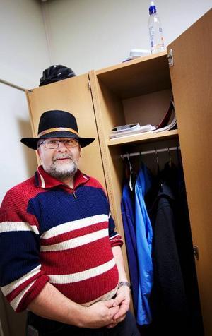 Bertil Jonsson, 46 årAdministratör på tingsrätten i ÖstersundVad har du i ditt skåp?–Skor, ytterkläder, hatt, ordningsvaktskläder eftersom jag även arbetar som ordningsvakt på tingsrätten, matlåda, handskar, extra galgar, kassettband från en kille som arbetar här några dagar i veckan och som har saker i mitt skåp och en revisionsberättelse.Hur många skåp har du haft?– Ingen aning, sex stycken kanske.Vad är det mest användbara i skåpet?– Det som jag använder mest är hatten som jag både har på mig på sommaren och på vintern.Vad är det mest udda i ditt skåp?– Ett bärbart överfallslarm som är en kvarleva från tingsrätten i Sveg. Jag har också en insexnyckel och en inredningskatalog.Trivs du med ditt skåp och dess placering?– Läget är perfekt och skåpet är större än fler av de andra skåpen som finns här och lite bredare. Skåpet är ganska nytt och känns rent.Vilken drömpryl skulle du vilja ha där?–Det skulle vara trevligt med en litet kylskåp så man kan handla matvaror som ska hem på lunchen.Vad säger skåpet om dig?– Lite ordning och lite rörigt som jag är som person.