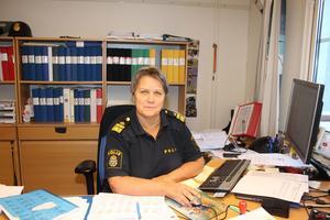 Chefen för Lokalpolisområde Norra Västmanland, Agneta Kumlin, är djupt oroad över sommaren som väntar. Om inte poliserna vill jobba övertid frivilligt så kan de bli tal om kommendering eller tider på dygnet där radiobilarna inte kan fyllas upp med personal.