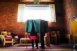 Det var full aktivitet vid valurnorna i församlingsgården när LT hälsade på.