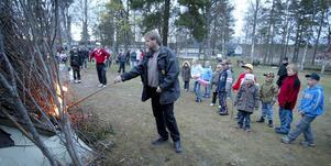 Eld i berget. Stefan Söderlund antänder årets majbaras i folkparken.