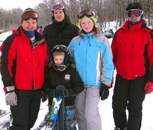 Familjen Pettersen, Harald, Joakom, Håvard, Ingrid och Heidi, från Trondheim stortrivs i Tänndalen.   Foto: Leif Eriksson