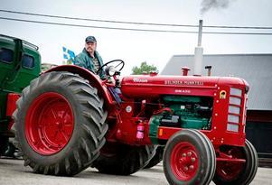 På dagarna tuffar veterantraktorföreningen i sakta mak runt Hjälmaren och på nätterna sover de allesammans i ett stort militärtält. Lennart Kungsberger är ägare av den nyaste traktorn i samlingen.