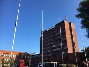 Flaggor på halv stång vid Scanias huvudkontor.