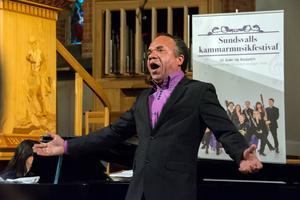 Jean-Ronald LaFond, med sin sträva och kraftfulla stämma, fick med sig publiken när han sjöng