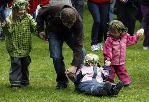 """Saga Ellström, 6, Mina Ellström, 3, och Leya Dottemar, 2, dansade glatt med i """"Små grodorna"""" och """"Prästens lilla kråka""""."""
