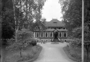 Mot Kungsbäcksvägen låg värdshuset inbäddat i lummig glömska.