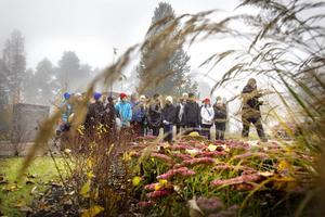 Eleverna samlades på kyrkogården i Sofiedal, för att få veta mer om vad som händer efter begravningsgudstjänsten.