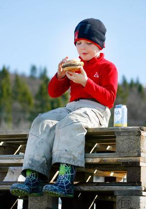 Solen sken över Åre och Adam Bromée trivdes bra där han satt på en trave lastpallar och åt hamburgare.