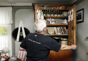 I gårdsmuseet har Rolf samlat prylar som funnits i de olika husen. En del ända från 1700-talet.