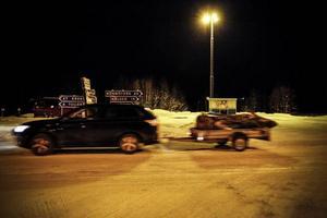Änge i Offerdal, december 2013.Vid åttatiden på kvällen passerade en bil med ett släp genom byn. Sådana ekipage är vanliga i de här trakterna, ofta med en skoter på släp.Men inte den här i gången.I bilen satt två unga män. De hade fått skjuts av ett hjälpsamt par från Östersund för att åka till fjällbyn Olden och hämta en begagnad bäddsoffa.En soffa som skulle bli nyckeln till ett nytt liv i ett nytt land.