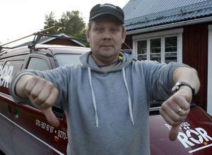 Rörläggaren Torbjörn Söderlund, Bergviks Rör, är arg och gör tummen ner för den tröga handläggningen av skattesubventionerade Husarbeten. Hans företag ligger ute med 28 000 kronor som han skulle ha fått redan 15 september.