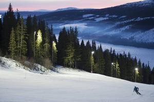 En skidåkare är ute i VM8:an på morgonen.