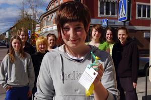 Hittade meddelande i varghägn. Jennifer Eriksson som städade varghägnet i Orsa Grönklitts djurpark och hittade ballongen och meddelandet i fredags.