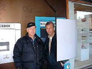 Foto: JÖRGEN LARSSON Skärmskydd. Kalle Wallin och Ulf Larsson har tagit fram ett skärmskydd som gör att inga obehöriga kan se när kunden knappar in sin kod i bankomaten.