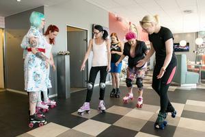Heather Hellraisers instruerar Pink Ladies personal i rullskridskoåkningens teknik.
