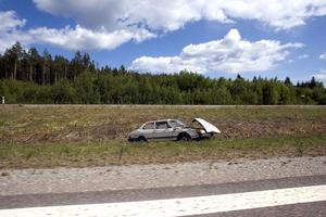 Skrotbilar vid E 4 är vägverkets ansvar. Fast det är förstås bilägaren som får betala för skrotkostnaderna.