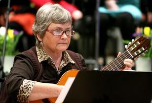 Britt Holmgren-Larsson startar inte bara friskola. Hon spelar i gitarrorkestern för vuxna också.