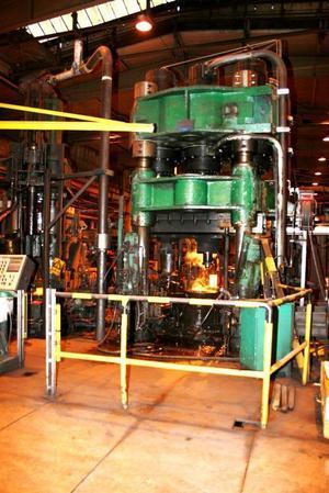 NY PRESS VÄNTAS. Här är en gammal press, den nya som väntas från Tyskland nu i veckan är mycket större. Det nya ringverket ska producera mellanstora ringar som är upp till 1,25 meter i diameter och väger upp till 350 kilogram. De säljs framför allt till SKF och blir sedermera kullager som bland annat används som komponenter till vindkraftverk.