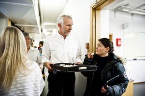 Calle Snellman bjöd på snittar och bubbel efter skolans Nobelfirande.