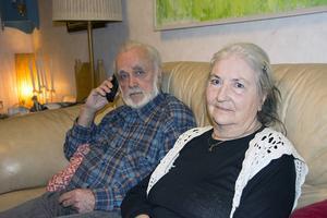 Bo Vestin och Elsy-Marie Ledström får betala för ett abonnemang de inte kan använda. Företaget SwedfoneNet vägrar släppa dem som kund om de inte betalar en straffavgift trots att telefonen inte fungerar.