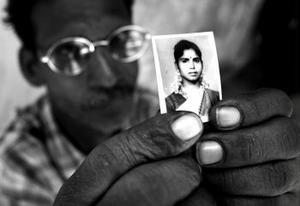 Den 26 december förra året slog en våldsam Tsunami till mot ett flertal länder i Sydostasien. Hundratusentals människor dödades och ett oräkneligt antal skadades mer eller mindre svårt. Många kroppar saknas fortfarande eller är inte identifierade.