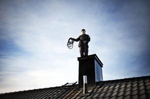 Fina dagar är det ett bra yrke, men Roger Bylund har varit uppe när vinden var så stark att han trycktes mot skorstenen.