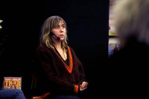 FLYKT FRÅN TRÅKIGHETEN. Det var den ursprungliga drivkraften för Sara Kadefors skrivande, berättade hon på lördagen i Sandvikens folkbibliotek.