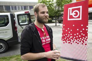 Olle Wistbacka åker runt till arbetsplatser  i Gävleborg och ger information till unga sommarvikarier om vilka rättigheter man har som arbetstagare.