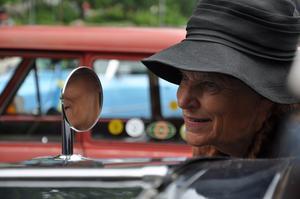 Berit Henriksson tar en sista titt i backspegeln innan avfärd i Damrallyt