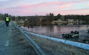 En biljakt i hög fart slutade med att en polis dog vid en krasch.