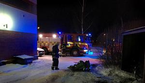 Brandmännen lyckades dra ut sopkärlet ur byggnaden innan branden spred sig.