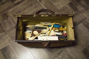Doktorväskan full med knivar, ämnen och halvfärdiga projekt. Den bär Nisse med sig nästan överallt.