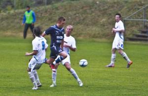 Robert Lundström och Victor Olsson kan inte stoppa Huges tvåmålsskytt Tobias Molén.
