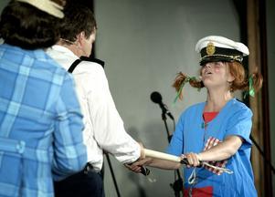"""Lindgrentema. Showens styrka är det tyliga Astrid Lindren-temat, här med """"Pippi Långstrump"""" som lånat polismössan av Kling eller Klang. Foto:Peter Ohlsson"""