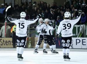 SAIK-jubel på Zinkensdamm. Hammarby kördes över med 7–1 och nu väntar en femte och avgörande SM-semifinal i Göransson Arena på söndag.