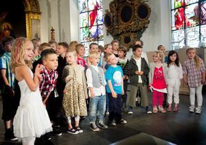 Eleverna på Söderhamns Friskola sjunger om längsta rasten - sommarlovet.