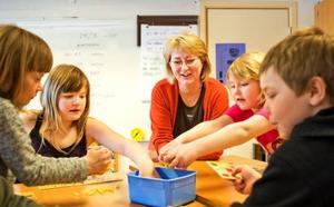 """""""Man kan lära sig mycket genom lekar och spel. Det behövs inte alltid traditionella läroböcker"""", säger läraren Maj-Lis J:son Eriksson."""