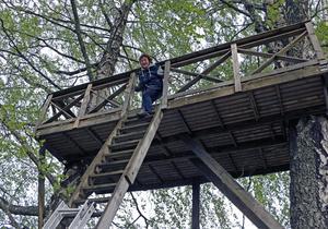 Man får inte vara höjdrädd när man ska ta sig upp och ner till altanen bland träden.