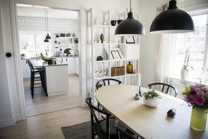 Ann äter oftast frukost vid köksön och middag vid matgruppen i vardagsrummet.