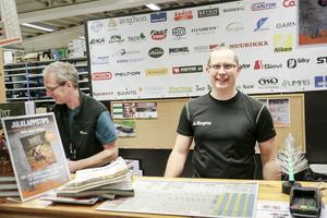 Tomas Jonsson till höger, brukar växla mellan att stå i kassan i lagershopen och ute på lagret.