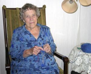 Valborg Pettersson, 89 år, stickar ett till två par strumpor i veckan och skänker till välgörenhet.