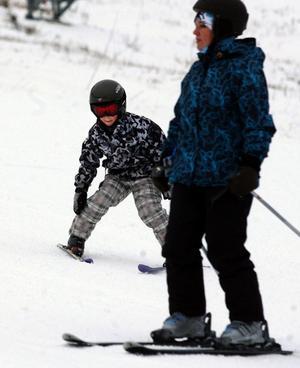 Emil Grönvall med mamma Satu tog chansen att inviga skidsäsongen.