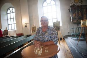 Kyrkovärden Elisabet Lundwall finns i kyrkan för att ta emot nyfikna.