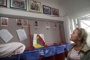 Levina Ekwall, 16 år betraktar utställningen som förskolelärarna gjort i ordning med alla dagisgrupper som gått på Linblomman. På några av bilderna är hon själv med som barn.