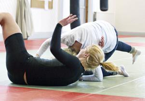 """23-åriga Sofia Hedqvists väg mot framgång började redan i nioårsåldern. """"Jag sade """"brottning eller dans"""" till mamma. Så blev det brottning"""", berättar hon. Men i fjol började hon med submission wrestling och fastnade för grenen. Här får jag testa att kasta henne."""
